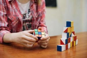 niño jugando con perplejidad. resolución y hermosa foto de alta calidad