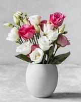 ramo de rosas florero blanco. resolución y hermosa foto de alta calidad