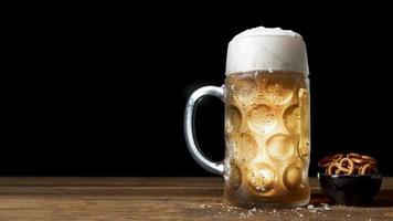 mesa de pretzels de cerveza bávara. resolución y hermosa foto de alta calidad