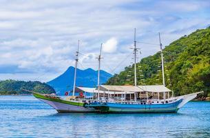 barcos barcos barco manglar y playa pouso ilha grande brasil. foto