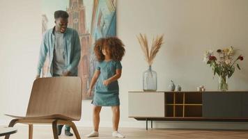 flickan står bredvid mannen och försöker röra fötterna samtidigt video