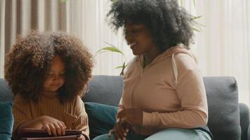 kvinna och man på soffan pratar med tänkande tjej med surfplatta video