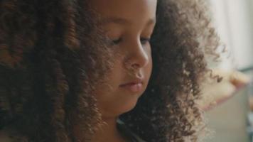 närbild av flicka som leker med färgade byggstenar video