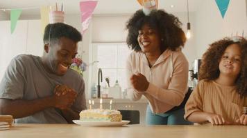 kvinna och flicka som firar mans födelsedag video