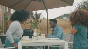 mujer, hombre y niña, sentado, para, comida, en, terraza video
