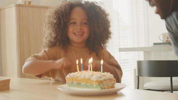 man och kvinna som firar flickors födelsedag video