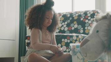 flicka sitter och leker med färgade byggstenar video