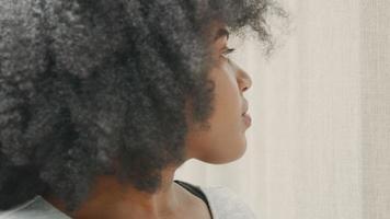 mujer vuelve la cabeza a la ventana mira en el teléfono inteligente y mira hacia arriba de nuevo video