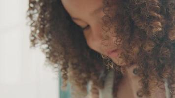 närbild på flicka som läser högt video