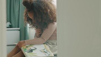 flickan sitter och läser högt video