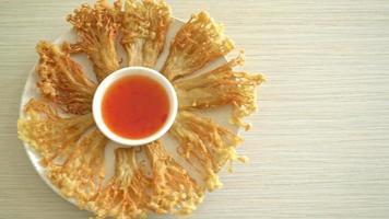hongo enoki frito o hongo aguja dorada video