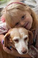 niña y su perro, niños y mascotas. foto
