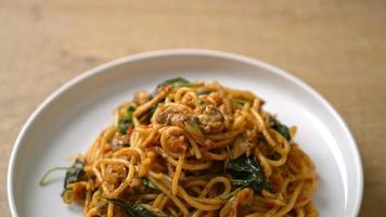 stir-fried spaghetti with clam and chili paste video