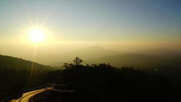 timelapse soluppgång med bergskikt i thailand video