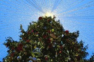 árbol de navidad luces brillantes decoradas foto