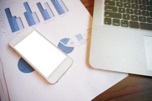 teléfono inteligente con laptop. concepto de tecnología empresarial foto