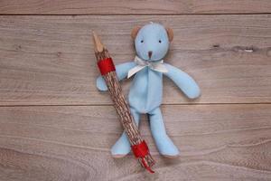 plantilla de tabla de tablón muñeca de oso azul con lápiz de madera foto