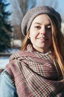 retrato de estilo callejero hermosa chica en ropa de invierno foto
