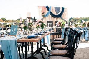 evento de boda configuración de decoración al aire libre, día soleado de verano foto