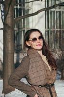 moda estilo callejero hermosa chica en ropa de invierno foto