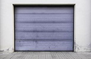 puerta de garaje gris foto