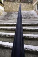 Escaleras antiguas con barandilla de hierro forjado. foto