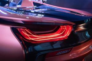 el primer coche de luz trasera roja trasera foto