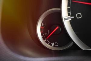 medidor de temperatura en el salpicadero del coche foto
