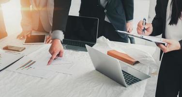 presentación del informe de la reunión del equipo ejecutivo de personas de negocios y discutir foto