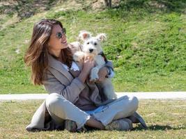 joven pasar tiempo con su cachorro schnauzer blanco. foto