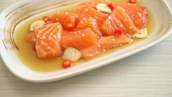 salmão cru em conserva com molho shoyu video
