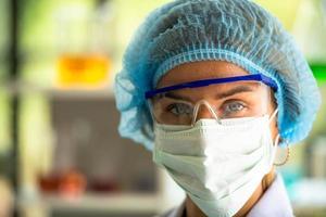 Mujeres científicas en el laboratorio de química en el laboratorio de ciencias. foto