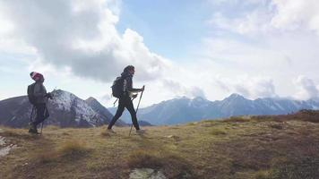 mamá con niño durante una caminata de montaña video