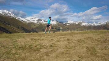 un coureur de montagne s'entraîne pour un sentier d'endurance video