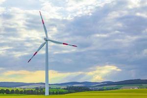 Paisajes agrícolas verdes y tranquilos con aerogeneradores de Alemania. foto