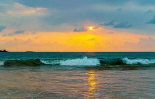 hermoso paisaje colorido atardecer panorama playa bentota sri lanka. foto