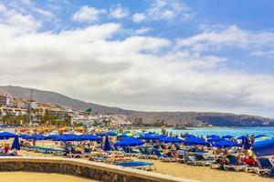 tenerife, españa, 12 de julio de 2014 - gente en la playa de las vista beach foto