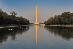 Monumento a Washington y la bandera americana en Washington DC foto
