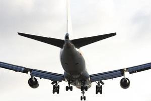 Avión aterrizando en el aeropuerto internacional de Los Ángeles. foto