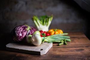composición de verduras con tabla de cortar foto