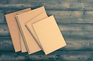cuaderno en la mesa de madera foto
