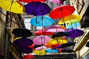 Calle decorada con coloridas sombrillas en Estambul foto