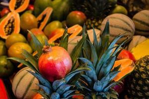 papaya y otras frutas en un mercado foto