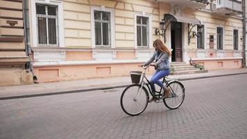 jeune femme, à, retro, vélo, dehors video
