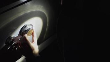 o ladrão está tentando abrir o cofre à noite video