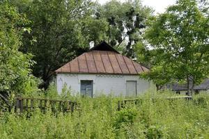 antiguo edificio abandonado en el campo foto