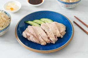 arroz con pollo hainanés o arroz al vapor con sopa de pollo foto