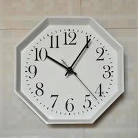 reloj de pared a las diez y cinco foto