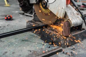 Trabajador de cerca con máquina de corte de acero foto