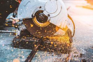 Hombre trabajador con máquina de corte de acero foto